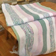 Magnifique Catalogne fait entièrement au métier à tisser. Un classique de notre folklore revisité qui traverse les années avec succès. Que ce soit pour réchauffer votre lit à la maison ou pour vous détendre devant votre foyer au chalet. Cette catalogne est un incontournable de notre Rag Rugs, Folklore, Weaving, Couture, Blanket, Crochet, Home Decor, Green, Grey Gloves