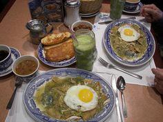 Huevos estrellados, chilaquiles verdes, frijoles charros, jugo de nopal