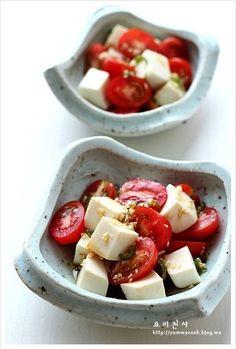 야들야들하고 고소한 생식용 두부로 만든 부드럽고 상큼한 건강 다이어트식인 토마토 두부 샐러드 강추합니다 단백질이 풍부한 고소한 두부와 채소가 어울러진여름철 입맛나는 냉채입니다 재 료 방울토마토 10개, 생식용두부 1/2모(150g)소스: 간장 2작은술, 식초 1큰술, 발효액(매실액,야채효소,,등) 1큰술, 식용유(포도씨오일) 1큰술, 다진 청양고추 1개분... Healthy Korean Recipes, Healthy Dishes, Asian Recipes, Diet Recipes, Healthy Eating, Korean Food, Food Presentation, Bowls, Food Design