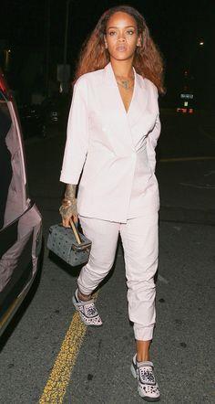 Рианна в костюме Walk of Shame и кроссовках Dior - мода, красота, украшения, новости, тренды, коллекции брендов одежды, обуви и аксессуаров: все новинки в онлайн-версии журнала Vogue.