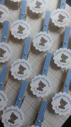 Pregadores pintados de azul com bolinhas brancas e papel com ursinho.