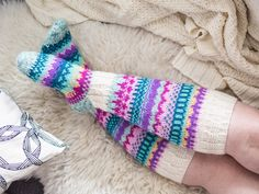 Karuselli-sukat - Kaupunkilanka Smart Women Never Go for Boring Socks, Do You? They say that socks o Crochet Slippers, Knit Crochet, Crochet Hats, Wool Socks, Knitting Socks, Knitting Patterns, Thick Socks, Knee High Socks, Flats
