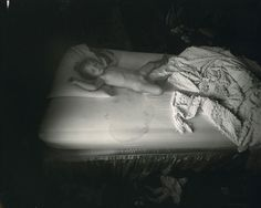 "Sally Mann - The Wet Bed, 1987. Dalla serie ""Immediate Family"", 1985-1995"