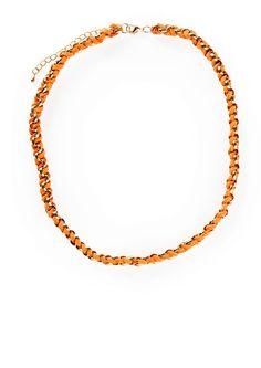 Kullanvärinen ketju, johon on punottu oranssia mokkanahkajäljitelmänauhaa. Kaulakorussa säädettävä lukko.