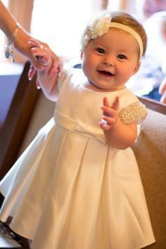 ** favorito el artículo para el acceso fácil al listado más adelante ** Un vestido hecho a mano hermoso todo del satén con las mangas del casquillo del cequi de la perla, arco lateral del satén en el lado de la faja delantera, y un marco del satén que se puede utilizar para atar en un arco grande en la parte posterior. El vestido se sienta debajo de las rodillas del bebé. El vestido está completamente forrado con la comodidad de su bebé en mente. El marco del satén del vestido se puede…