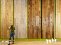 Übergroße Musterpräsentationen helfen bei der Entscheidung den passenden Echtholzboden zu finden.  #parkett #echtholz #ausstellung #schauraum