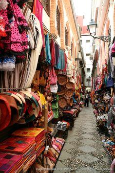 Alcaicería, antiguo mercado musulmán de sedas - Granada Malaga, Granada Andalucia, Nerja, Travel Box, Spain Travel, Travel Europe, Country Scenes, Islam, Spain And Portugal