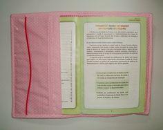 Capa para caderneta de vacinas confeccionada em tecido 100% algodão.  Com bolsos internos para colocar cartões de convenio e outros documentos da criança.  Personalizada com o nome da criança.  Lavável a mão.