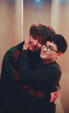 Chanyeol and Kyungsoo hugging omg I'm so soft 😭 Kaisoo, Chanbaek, Kyungsoo, Selca Baekhyun, Chanyeol Cute, Park Chanyeol Exo, Kpop Exo, Orlando Bloom, Hugh Jackman