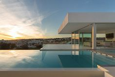 Mario Martins a imaginé l'architecture de cette superbe « Villa Escarpa » située dans le village de Praia Da Luz, dans le sud du Portugal. Une demeure splendide, proposant plusieurs chambres à coucher, mais surtout une longue piscine extérieur, très appréciable compte tenu de la vue.