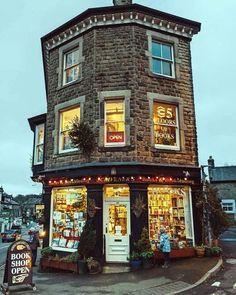 Livraria Lello Porto, Places To Travel, Places To Visit, Shop Fronts, Peak District, Derbyshire, Highlands, Britain, Beautiful Places