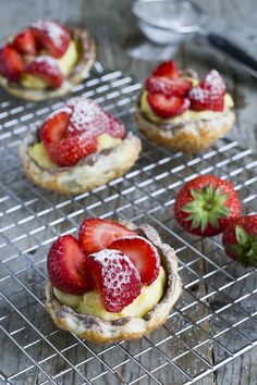 How to: Aardbeienschelpjes - Brenda Kookt! Dutch Recipes, Sweet Recipes, Baking Recipes, Pie Cake, No Bake Cake, Cheesecake, True Food, Sweet Pastries, Mini Pies
