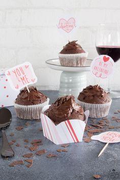 Mein Rezept für köstliche Rotwein-Schokoladen-Muffins ist ganz einfach und gelingt garantiert. Für Schokoladenfans ein absolutes Muss! Be My Valentine, Kakao, No Bake Cake, Bakery, Cupcakes, Food And Drink, Desserts, Sweet Dreams, Red Wine