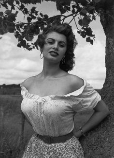 The great actrees #SophiaLoren it in cinema of  Italy #Photo by Philippe Halsman, #Year1959.