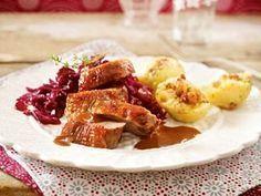 Das Rezept für Knusprige Gänsebrust mit Sauerkirsch-Rotkohl und weitere kostenlose Rezepte auf LECKER.de