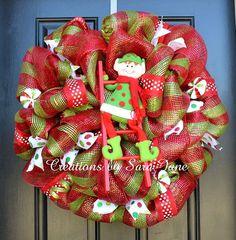 Esta linda corona de elfo es justo lo que necesitas para recibir a los huéspedes esta Navidad! Medición de 28 pulgadas de diámetro, está