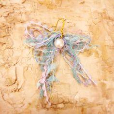 淡いブルーの引き揃え糸をリボンにコットンパールで華を添えた、ふわふわファンシーなピアス。片耳ピアス→イヤリング、チタンフック、両耳ピアスにも変更可能...|ハンドメイド、手作り、手仕事品の通販・販売・購入ならCreema。