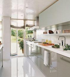 Cocina moderna muy iluminada