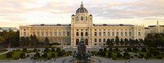 Für die umfangreichen Sammlungen des Kaiserhauses wurde das Kunsthistorische Museum nahe der Hofburg erbaut. Mit seiner Kollektion bedeutender Werke und der weltgrößten Bruegel-Sammlung zählt es heute zu den bedeutendsten Kunstsammlungen der Welt. Zahlreiche Hauptwerke der abendländischen Kunst, darunter Raffaels 'Madonna im Grünen', Vermeers 'Malkunst', die Infantinnen-Bilder von Velazquez, Meisterwerke von Rubens, Rembrandt, Dürer, Tizian und Tintoretto beherbergt die Gemäld...