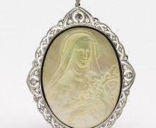 Pingente Santa Teresinha Madrepérola Diamantes e Platina e Ouro 18k 750. www.marciojoalheiros.com.br