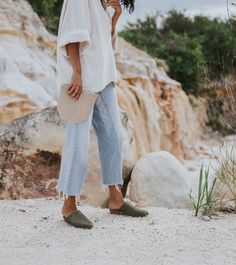 the jeans, white tunic, slides