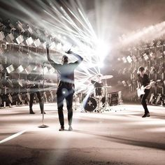 Imagine Dragons -everything touch turns the gold Imagine Dragons, Dan Reynolds, Great Bands, Cool Bands, Wayne Sermon, Band Photography, Smoke And Mirrors, Lady And Gentlemen, Pop Rocks