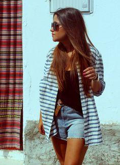 Streetstyle: high shorts + black top + striped oversize shirt