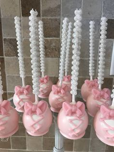 Light Baby Pink Ballerina Slipper Cake Pops with Pink Edible Bow on Pearl Stick - Top Trends Ballerina Cake Pops, Ballerina Slippers, Bolo Barbie, Ballet Cakes, Ballerina Baby Showers, Bow Cakes, Ballerina Birthday Parties, Baby Shower Cake Pops, Cakepops