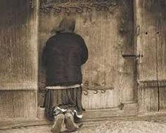Στις δώδεκα τα μεσάνυκτα χτύπησαν την πόρτα. Ήταν μια γριούλα και ζητούσε παπά, να πάει να κοινωνήσει έναν άρρωστο.  Ο Ιερέας ετοιμάστηκε και βγήκε αμέσως μαζί της. Πλησιάζουν σε ένα φτωχό σπιτάκι, τύπου παράγκας. Η γριούλα ανοίγει την πόρτα και μπάζει τον Ιερέα σε ένα δωμάτιο. Byzantine Icons, Kai, Wall Lights, Decor, Appliques, Decoration, Dekoration, Inredning, Interior Decorating