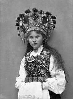 VINTAGE PHOTOGRAPHY: Norwegian Brides - (OMG this darling looks far too young to be a bride! :-( Hopefully she may have been a flower girl. Folk Fashion, Vintage Fashion, Norwegian Clothing, Norwegian Style, Wedding Costumes, Thinking Day, Bridal Crown, Folk Costume, Historical Clothing