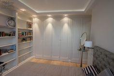 szafy oraz biblioteka w sypialni, zabudowy klasyczne sypialni, meble angielskie na wymiar, classic bedroom's wardrobe, builtin wardrobe and bookshelves, bookcases in the bedroom - wykonanie Artystyczna Manufaktura