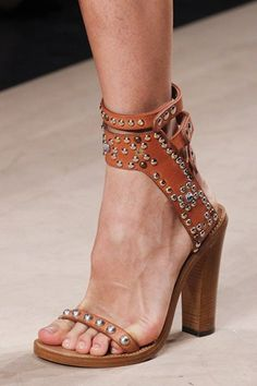 Crazy Shoes, Me Too Shoes, Isabel Marant, Fashion Shoes, Fashion Accessories, Runway Fashion, Mode Shoes, All About Shoes, Studded Sandals