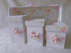 Um jardim encantado para o quarto da sua princesinha  Kit higiene composto por bandeja e 3 potes  Com aplicação de flores em tecido    * cores à critério do cliente
