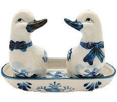 Delft Blue collectible Salt and Pepper Set of Dutch Ducks in a Basket. - Hand painted - See our collection for more unique Delft Salt & Pepper Shakers and other Porcelain items! - Approximate Dimensio