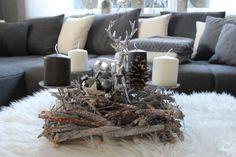 AW107 - Rechteckige Adventsdeko, dekoriert mit einem Hirschen, natürlichen Materialien und Kugel! Preis 44,90€ Größe 40x40cm Aufpreis Kerzen 8,00€