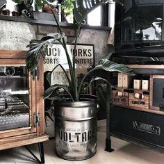 Rustic Industrial Decor, Industrial Furniture, Vintage Industrial, Rustic Decor, Diy Furniture, Silkscreen, Fashion Room, Wall Design, Coffee Shop