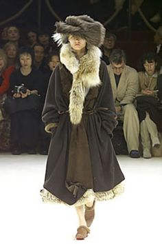 See the complete Yohji Yamamoto Fall 2000 Ready-to-Wear collection.