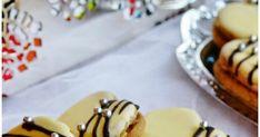 Vyborne orechove srdiecka so zltkovou polevou su plnene orechovo-rumovo-dzemovou plnkou. Cesto je velmi krehke, jemne a p... Pudding, Desserts, Food, Hampers, Tailgate Desserts, Deserts, Custard Pudding, Essen, Puddings