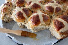 Orange Currant Hot Cross Buns Currant Recipes, Easter Buffet, Sweet Dough, Sweet Buns, Baking Stone, Hot Cross Buns, Island Food, Bun Recipe