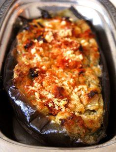 Essa receita de berinjela ao forno é um acompanhamento delicioso e saudável numa roupagem bem diferente da berinjela do dia-a-dia. Confira a receita!