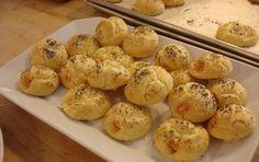 Salatini soffiati al salmone (gougers) - Per il Cenone di Fine Anno vi proponiamo  dei golosi salatini soffiati al salmone, una variante delle gougers francesi.