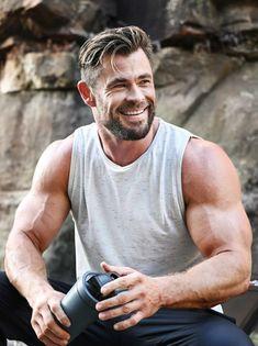 Chris Hemsworth Kids, Chris Hemsworth Shirtless, Hemsworth Brothers, Beautiful Men Faces, Gorgeous Men, Ideal Boyfriend, Short Hair Lengths, Australian Actors, Le Male