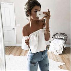 Atrévete a usar unas  blusas con hombros al descubierto y  jeans claros  para crear 8b1dbf06e48