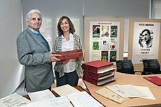 La Biblioteca de Navarra recibe en donación la obra del dramaturgo y escritor Patxi Larrainzar (1934-1991). Su hermano gemelo, Frumencio Larrainzar, ha entregado 58 piezas de textos mecanografiados con correcciones manuscritas, que abarcan los años 1970-1991