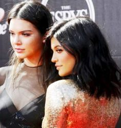Kendall at Kylie Jenner iniurong ang music icon T-shirts