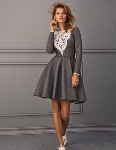 sukienka Lucinia wykonana jest z grubej, bawełnianej dzianiny dresowej dekolt z dużą gipiurową wstawką dostępna w kolorach: jasna szarość, grafit modelka na zdjęciu ma 177cm. wzrostu i nosi rozmiar S