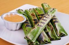 Otak Otak in different shops may have different sauce to make it taste better! Seafood Recipes, Snack Recipes, Cooking Recipes, Healthy Recipes, Snacks, Healthy Food, Indonesian Desserts, Indonesian Cuisine, A Food