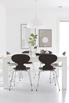 INSPIRATIE * Mooie combinatie van licht en donker in dit moderne interieur. Vind een vergelijkbare tafel en vlinderstoel op beliani.nl