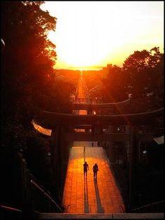 http://www.e-fukutsu.com/ 宮地嶽神社。光の道。 2/20、10/20頃綺麗に見え、お祭りが開催される。