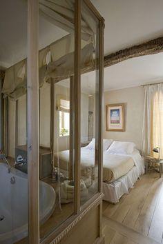 Une paroi de verre entre la chambre et la salle de bains Home Goods, Ikea, Bathtub, Home And Garden, Loft, Bathroom, Design, Furniture, Home Decor